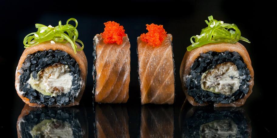 Rolnice od lososa sa crnim pirinčem i krem sirom