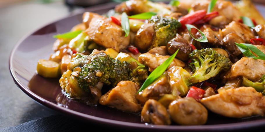 Piletina s pečurkama, brokolijem i lukom