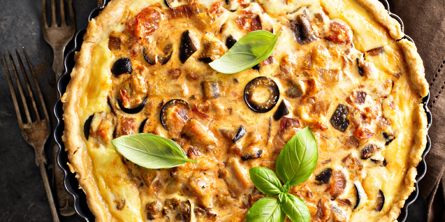 Pica sa piletinom, plavim patlidžanom i maslinama