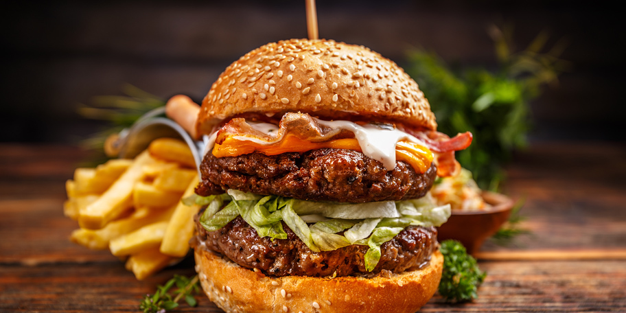 Burger sa govedinom, slaninom, sirom i kupusom