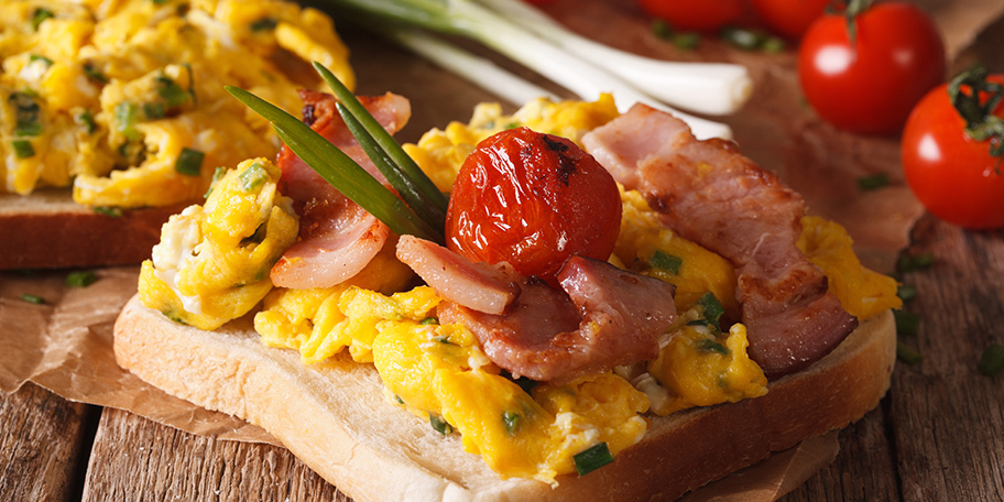 Sendvič sa jajima, slaninom, lukom i čeri paradajzom