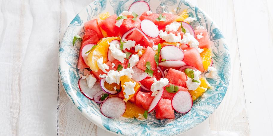 Salata sa lubenicom, pomorandžom, rotkvicom i crvenim lukom