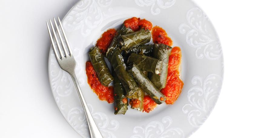 Sarmice u vinovoj lozi sa paradajz sosom