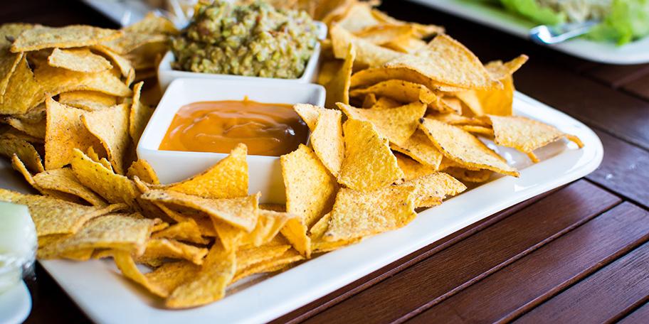 Tortilja čips sa salsom i kečapom