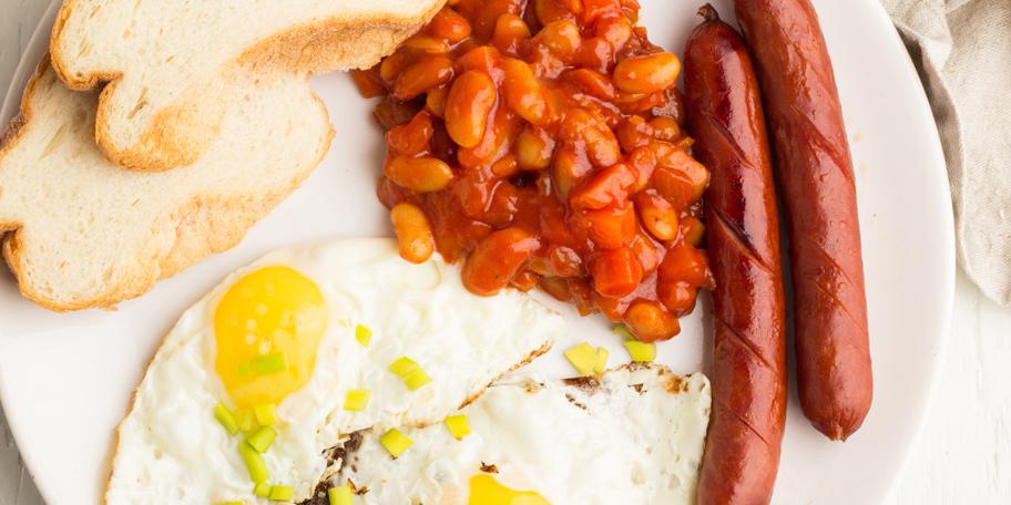 Doručak sa kobasicama, jajima i pasuljem