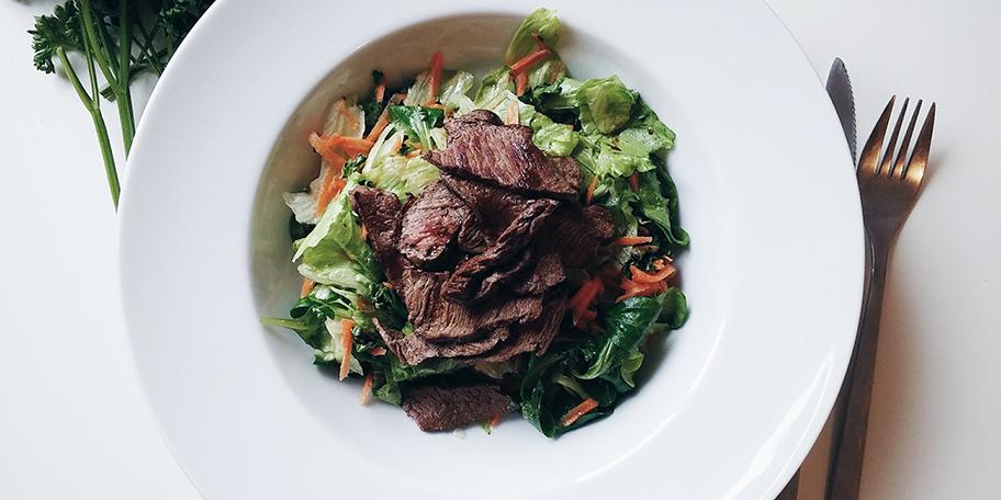 Biftek sa zelenom salatom