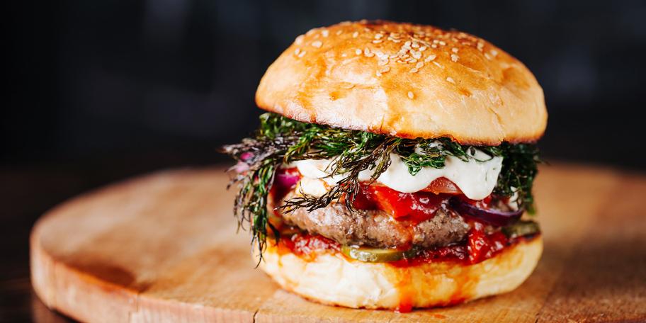 Burger sa mesom, paradajzom, krem sirom i mirođijom