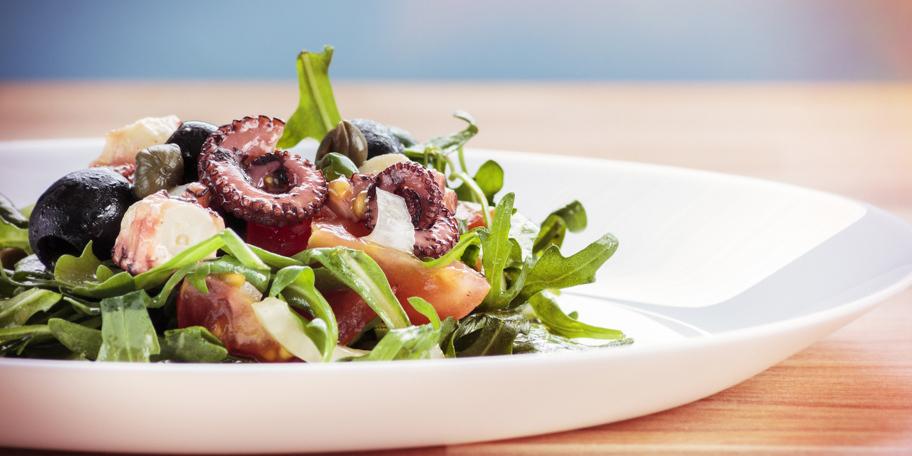 Salata sa hobotnicom, rukolom, maslinama i feta sirom