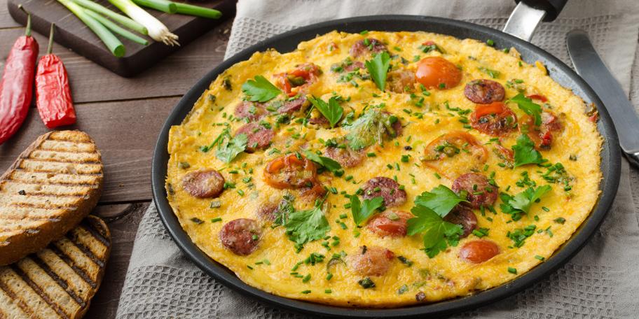 Omlet sa kobasicom i čeri paradajzom