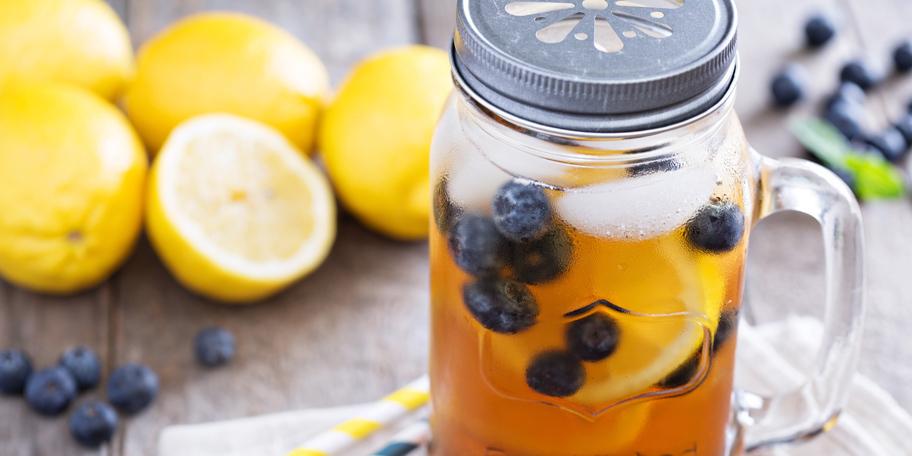 Alkoholni ledeni čaj sa limunom i borovnicama