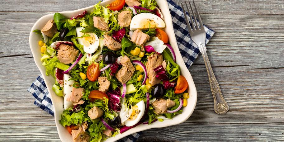 Tuna sa zelenom salatom i jajima