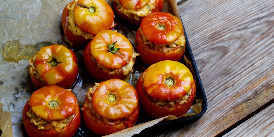 Punjeni paradajz sa inćunima i pirinčem
