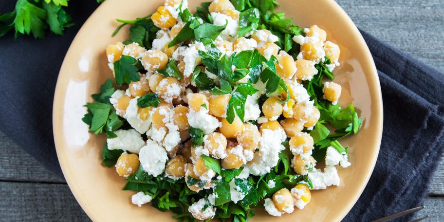 Salata od leblebija sa feta sirom i peršunom