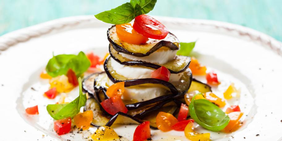 Salata sa plavim patlidžanom, mocarelom i čeri paradajzom