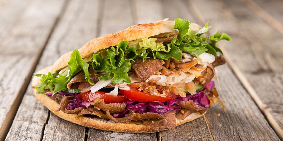 Sendvič sa mesom, paradajzom, zelenom salatom, lukom i kupusom