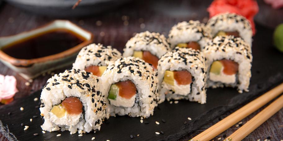 Suši sa pirinčem, avokadom i lososom