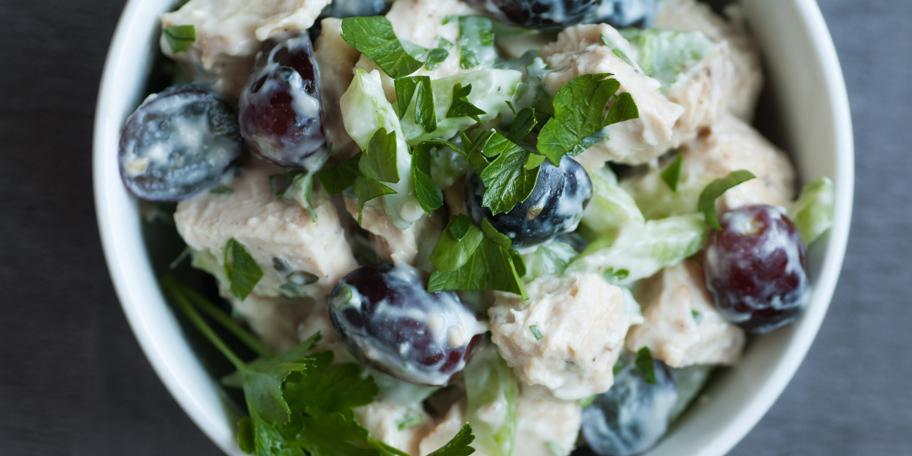 Salata od piletine, grožđa i celera