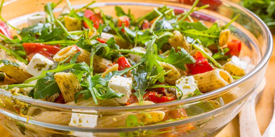Pasta salata sa rukolom, mocarelom i paradajzom u pesto sosu