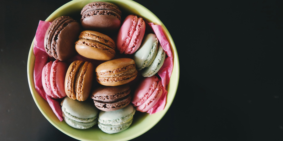 Macaronsi u bojama duge