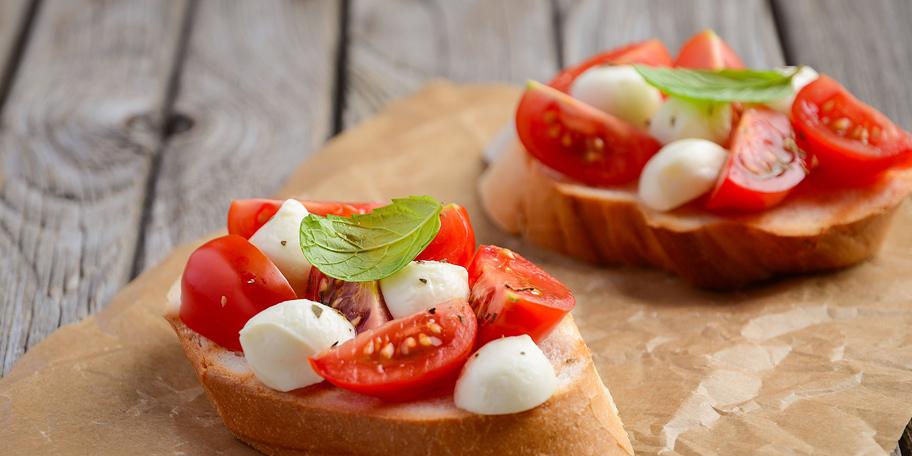 Brusketi sa čeri paradajzom i mocarelom