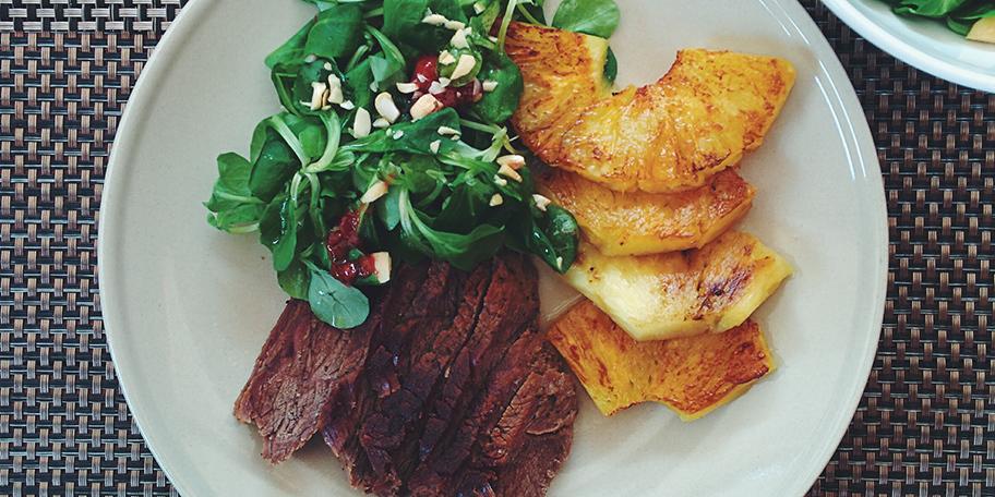 Biftek sa ananasom, zelenom salatom, kikirikijem i semenkama