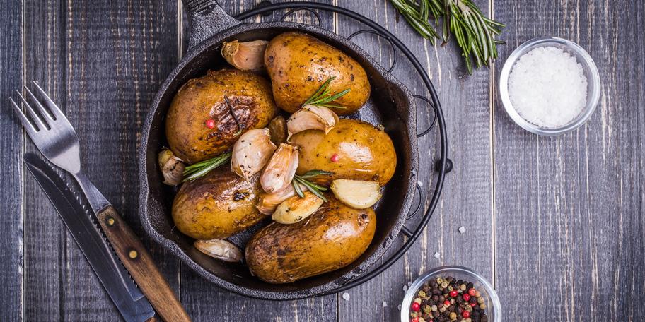Krompir na seljački način sa ruzmarinom i belim lukom