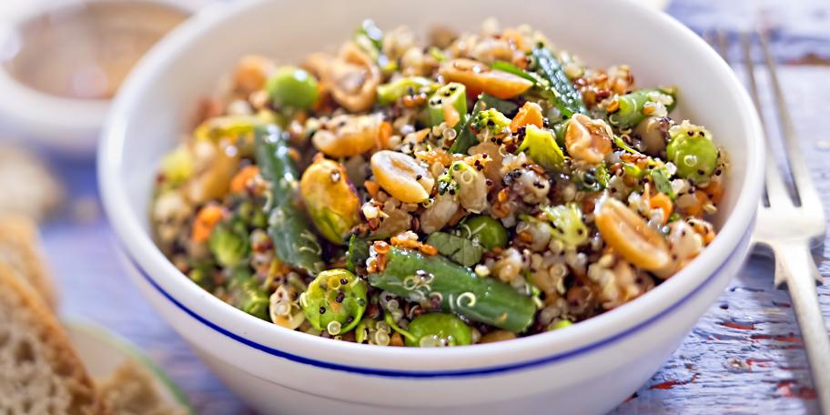 Veganska salata sa kinoom, pirinčem, kikirikijem, bademom i pistaćima