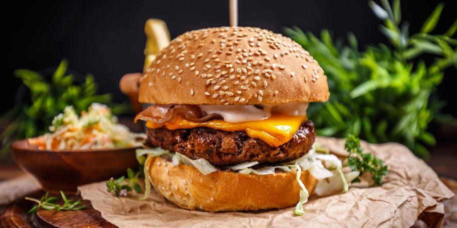 Burger sa govedinom, kupusom i sirom