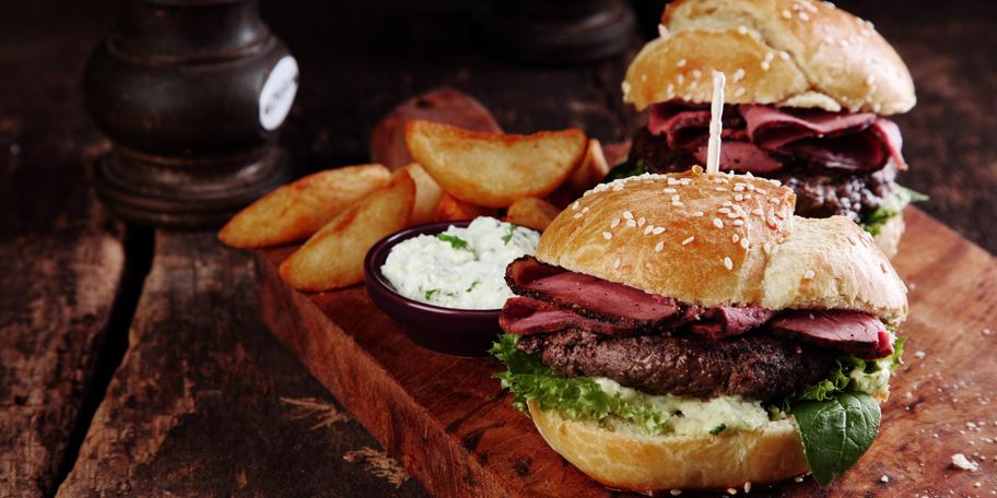Burger sa biftekom i listovima šunke