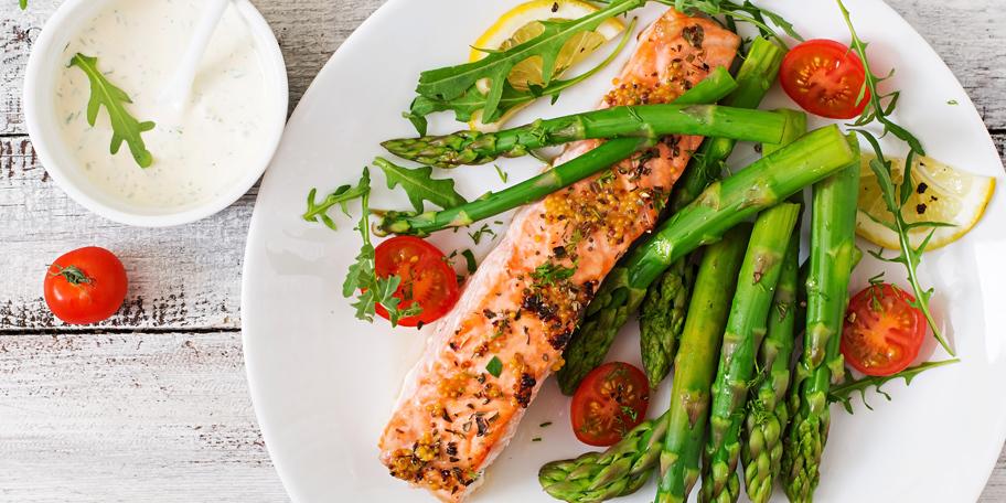 Pečeni losos sa asparagusom i čeri paradajzom