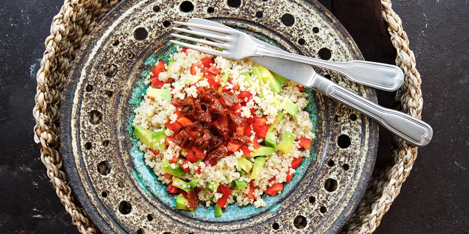Kinoa salata sa avokadom, paprikom i sušenim paradajzom