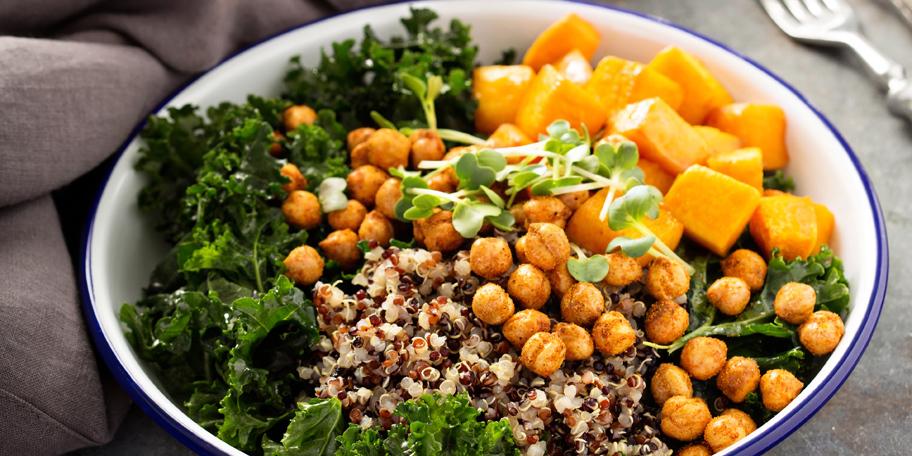 Veganska salata sa leblebijama, kinoom, pikantnim kikirikijem i keljom