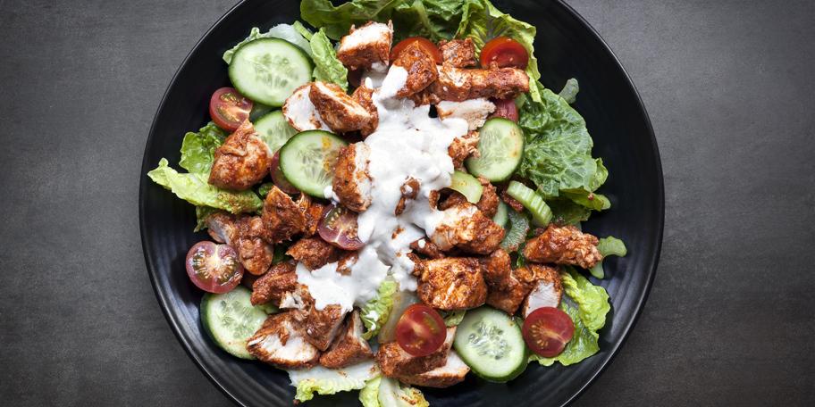 Salata sa piletinom, krastavcem, paradajzom i zelenom salatom