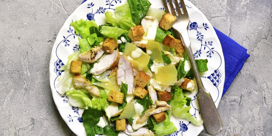 Salata sa piletnom, sirom i krutonima