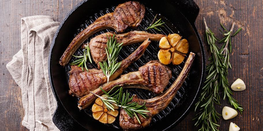 Pečena jagnjeća rebarca na roštilju sa ruzmarinomm i belim lukom
