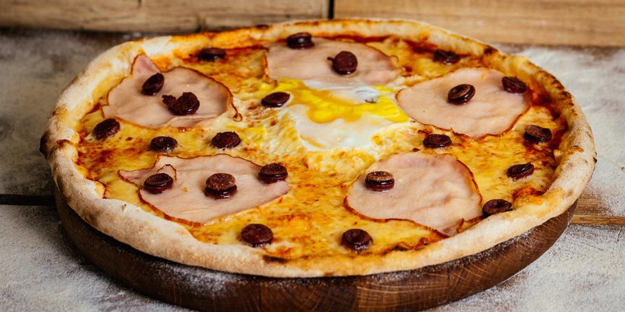 Pica sa šunkom i kobasicama