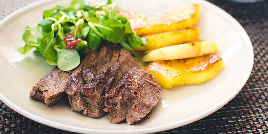 Biftek sa ananasom i zelenom salatom