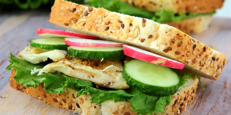 Sendvič sa piletinom, rukolom, krastavcem i zelenom salatom