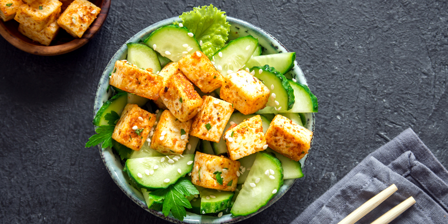 Salata sa tofuom i krastavcem