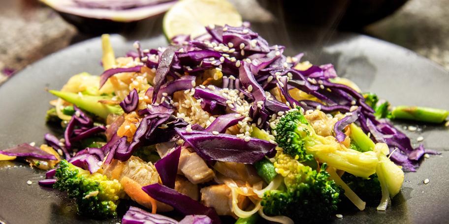 Salata sa piletinom i susamom
